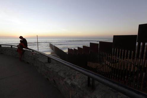 Tomás Munoz y Marta Saenz se abrazan el 8 de noviembre del 2016, cerca de la frontera de México con Estados Unidos, en Tijuana, México, donde la línea se junta con el acéano Pacífico. Como s ...