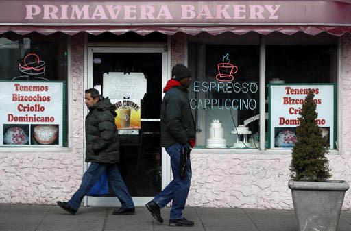"""Un letrero en la puerta de esta panadería avisa que cierra el jueves 16 de febrero del 2016 por la protesta del """"Día sin inmigrantes"""", en Perth Amboy, New Jersey.  (AP Photo/Julio Cortez)."""