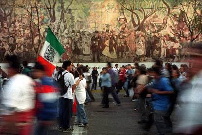 Estudiantes de la Universidad Nacional Autónoma de México durante una protesta en la Ciudad de México. Al fondo la réplica de un mural de Diego Rivera. (Foto ArchivoAP/Gregory Bull.