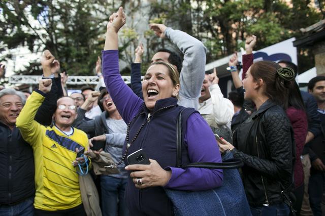 Opositores al Acuerdo de Paz firmado entre el gobierno de Colombia y las rebeldes FARC celebran el resultado del referendo que dijo NO, el domingo 2 de octubre del 2016 en Bogotá, Colombia. (Foto ...