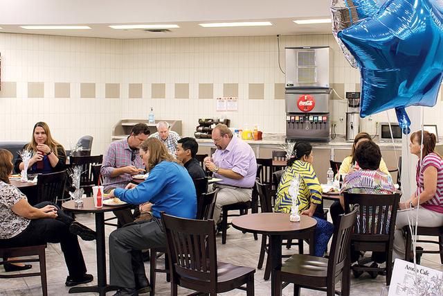 1. Aroma Café, se localiza dentro del Distrito de Salud, Decatur Blvd. y Meadows Lane con horario de atención de lunes a viernes de 8:00 a.m. hasta 4:30 p.m. | Foto Cristian De la Rosa/El Tiempo