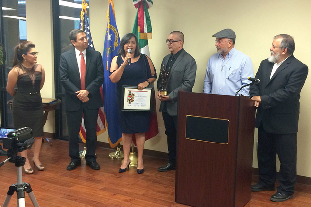 Cinco mexicanos que han destacado por su trabajo en la comunidad fueron galardonados con distintos reconocimientos. Viernes 30 de septiembre en el Consulado de México en Las Vegas. Foto El Tiempo