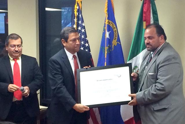 El reconocimiento 'Ohtlí' fue para el profesor Carlos Ezeta, quien ha transmitido sus valores y conocimiento a cientos de estudiantes del sur de Nevada. Viernes 30 de septiembre en el Consula ...