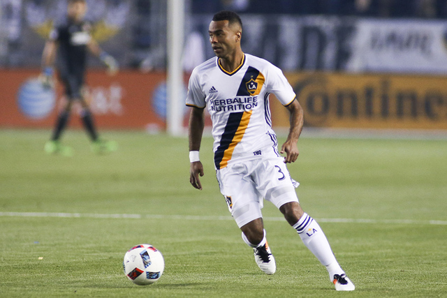 El defensa de Los Angeles Galaxy, Ashley Cole (3) en acción durante el encuentro con el Real Salt Lake en un partido de la MLS en Carson, Calif., sábado 23 de abril de 2016. (Foto AP/Ringo H.W.  ...