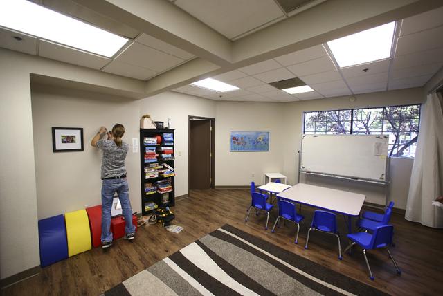 Esta foto muestra poco antes de la apertura del Centro Ackerman para Tratar el Autismo, de la Universidad de Nevada Las Vegas (en inglés UNLV Medicine Ackerman Center for Autism and Neurodevelopm ...