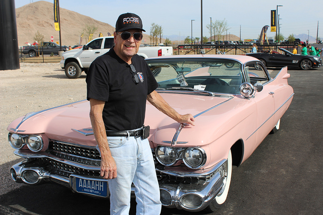 John Burlett, asiste con su auto rosado de los años 50as. | Foto El Tiempo/Cristian De la Rosa