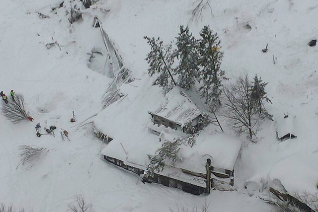 Una vista aérea del Hotel Rigopiano muestra cómo quedó sepultado por una avalancha de nieve, en la localidad de  Farindola, Italia,la mañana del jueves 19 de enero dle 2017. La región sufrió ...