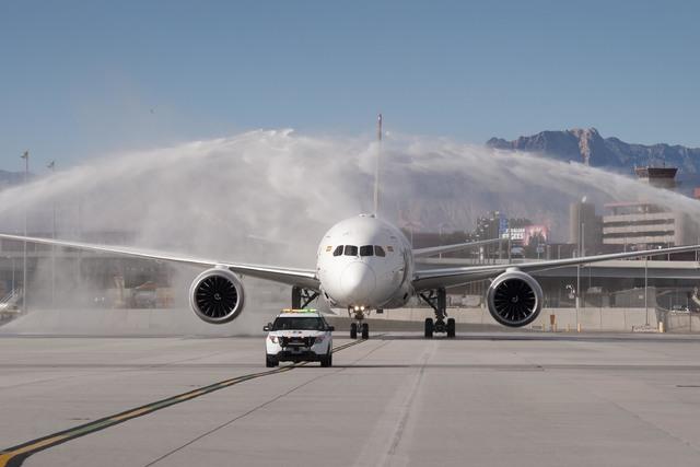 Vuelo 7969 de Hainan Airlines, un Boeing 787 procedente de Beijing, China es saludado con chorros de agua a su llegada al aeropuerto McCarran de Las Vegas, el viernes 2 de dicembre del 2016. Foto  ...