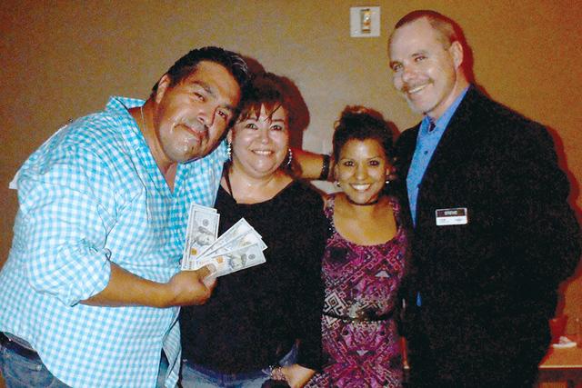 """Mario Mora, Victoria Peña, recibiendo premio de manos de Mayra """"La Chapita"""" y Steve Night gerente del lugar. Foto El Tiempo"""