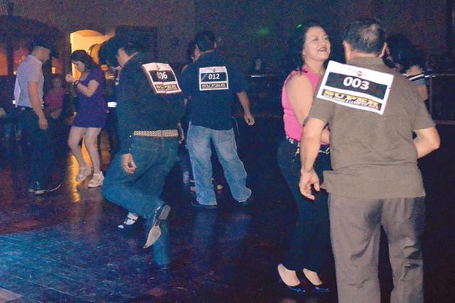Las parejas participantes sacando brillo al piso. Foto El Tiempo