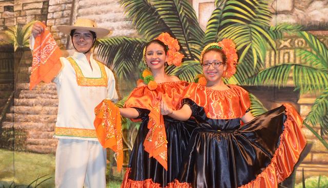 De derecha a izq. Andrés, Viridiana y Fernando, parte del Ballet Folklorico Izel, posan con trajes típicos de México, durante su presentación por el 10 aniversario del grupo, el sábado 9 de j ...