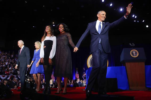 El presidente Barack Obama saluda desde el escenario con la primera dama Michelle Obama, su hija Malia, el vicepresidente Joe Biden y su esposa Jill Biden después de su discurso de despedida en e ...