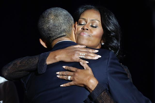 La primera dama Michelle Obama abraza al presidente Barack Obama después de su discurso de despedida en el McCormick Place en Chicago, el martes 10 de enero de 2017. | AP Photo / Pablo Martínez  ...