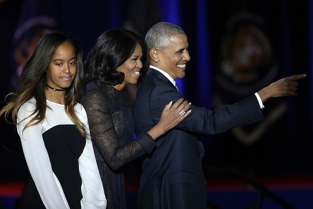 El presidente Barack Obama saluda desde el escenario con la primera dama Michelle Obama, su hija Malia, después de su discurso de despedida en el McCormick Place en Chicago, el martes 10 de enero ...