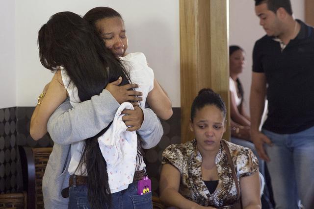 Marisol Hernández, madre de Yordano Ventura de los Kansas City Royals es abrazada por una joven durante el velorio de su hijo en Las Terrenas, República Dominicana, el lunes 23 de enero de 2017. ...