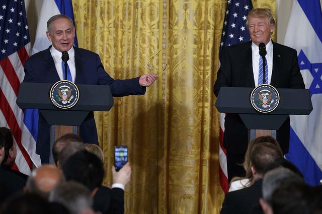 El pasado miércoles, 15 de febrero 2017 fotos de archivo, el presidente Donald Trump escucha como el primer ministro israelí Benjamin Netanyahu habla durante su conferencia de prensa conjunta en ...
