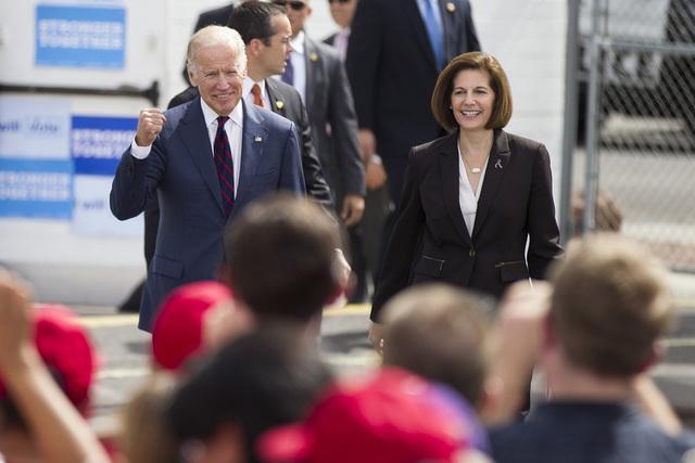 El vice presidente Joe Biden, izq., y la candidata demócrata al senado federal por Nevada, Catherine Cortez Masto, en camino al escenario durante un evento de campaña en la Unión Culinaria Loca ...