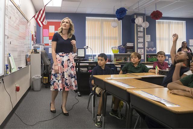 Maestra de cuarto grado Emily Ritchie da instrucciones a sus estudiantes en una clase de matemáticas en la escuela primaria Stuckey Evelyn en Las Vegas el miércoles 5 de octubre de 2016. Loren T ...