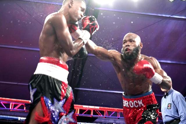 """En una pelea bastante pareja, Demond Brock derrotó a Reynaldo Blanco por decisión dividida de los jueces. Viernes 18 de noviembre en la explanada del hotel y casino 'the D'. Foto: Manny """"M ..."""