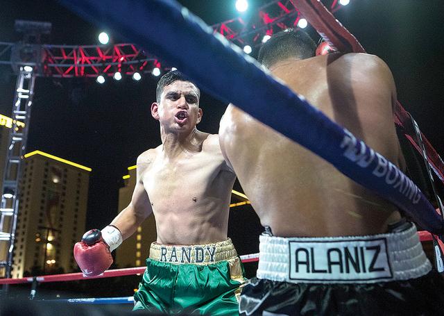El boxeador local Randy Moreno volvió a obtener un triunfo en Las Vegas, en esta ocasión ante Fabián 'El Suavecito' Alaníz. Viernes 30 de septiembre en el centro de Las Vegas. Foto: Loren  ...