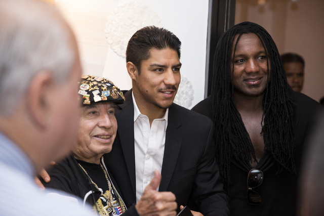 El campeón de box Jessie Vargas, al centro, con su equipo: Rafael Garcia, izquierda, y Dewey Cooper en su llegada a al Wynn hotel-casino el martes 1 de Noviembre del 2016, en Las Vegas. Vargas pe ...