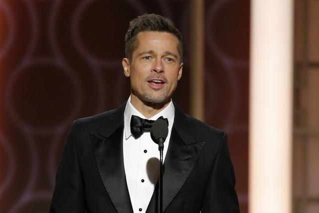 Esta imagen presentada por NBC muestra al presentador Brad Pitt en el 74º Anual de Globos de Oro en el Beverly Hilton Hotel en Beverly Hills, California, el domingo 8 de enero de 2017. | Paul Dri ...