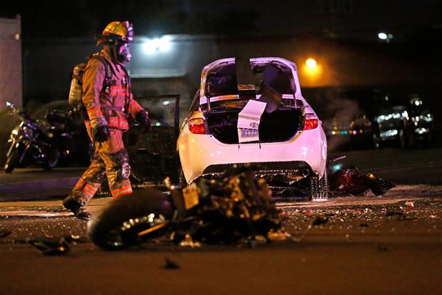 Un bombero trabaja en la escena de un choque entre una motocicleta y un auto, en W. Charleston Boulevard y la calle Arville en Las Vegas, la noche del miercoles 15 de febrero del 2017. (Chitose Su ...