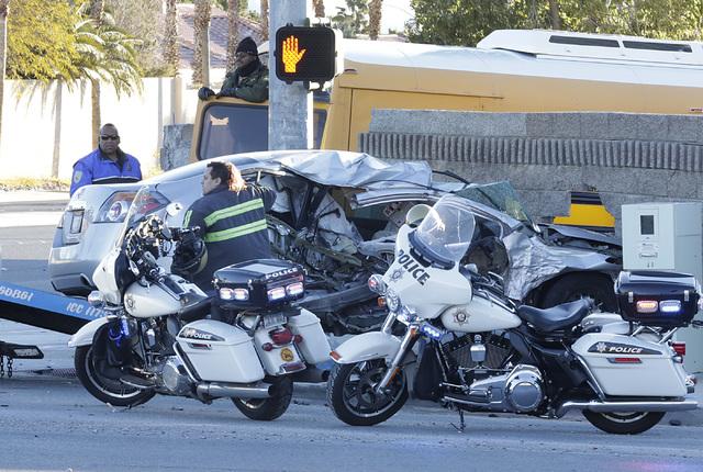 Oficiales de la Policía Metropolitana de Las Vegas investigan en la escena un accidente que involucra un autobús escolar y un auto, el martes 24 de enero del 2017. El autobús se puede ver dentr ...