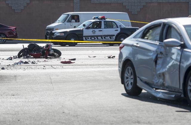 En esta foto de junio 22 del 2016, un auto muestra el impacto de una moto que aparece al fondo, en un accidente, en la intersección de Washington y M. L. King, Las Vegas. (Archivo/Bridget Bennett ...