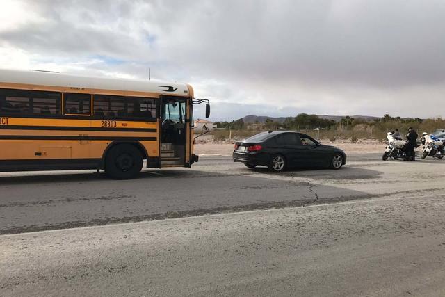 Un autobús escolar con 45 estudiantes chocó con otro vehículo, la mañanal del jueves 19 de enero del 2017 cerca de Bermuda Rd. y la avenida Cactus. (@WilsonElainM/Twitter).