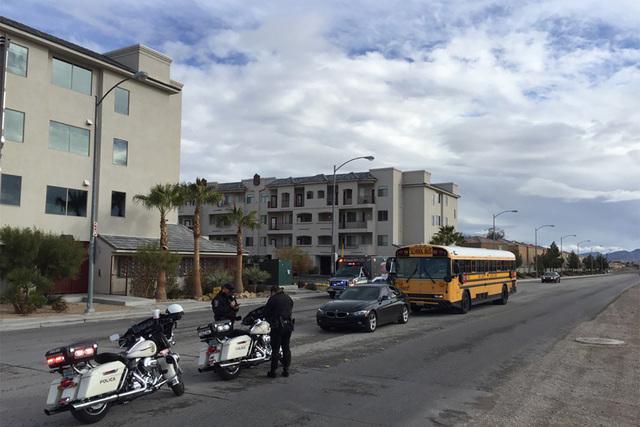 Un autobús escolar con 45 estudiantes se vio involucrado en un choque cerca de Bermuda Rd. y la avenida Cactus, la mañana del jueves 19 de enero del 2017. (@kmcannonphoto/Twitter).