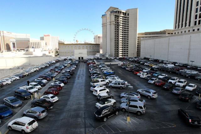 En esta gráfica se ve uno de los estacionamientos del hotel y casino Caesars Palace en Las Vegas, el 30 de noviembre del 2016. Un día antes la corporación Caesars Entertainment anunció que com ...