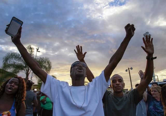 Gente grita en protesta a la policía de El Cajon, San Diego, donde un hombre negro fue baleado por la policía el 27 de septiembre del 2016. (Foto Hayne Palmour IV/The San Diego Union-Tribune via ...
