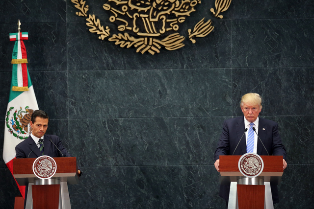 El presidente de México, Enrique Peña Nieto (izquierda) y el entonces candiato republicano a la presidencia, Donald Trump, aparecen en esta foto de agosto 31 del 2016 en la Ciudad de México esc ...