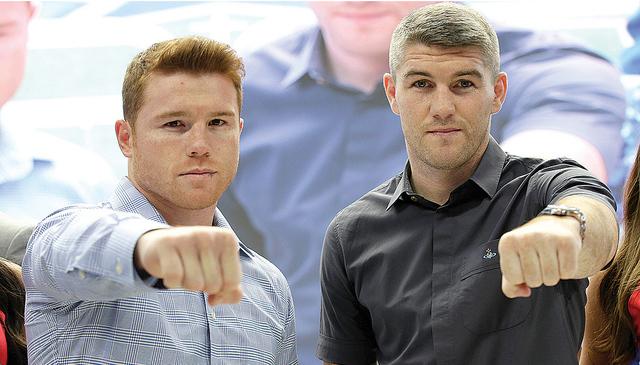 Canelo Álvarez, izq. y Liam Smith posan para las fotos durante una conferencia de prensa para promocionar la próxima pelea en el estadio de de Arlington, Texas, el 18 de julio de 2016. Ambos pug ...