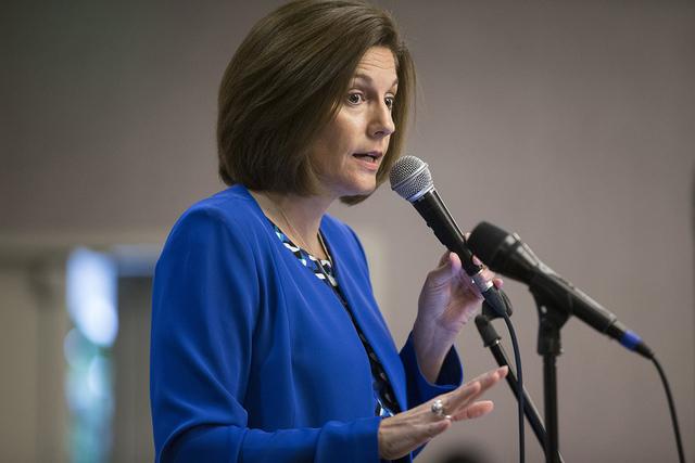La candidata demócrata al Senado de EE.UU., Catherine Cortez Masto, habla durante el almuerzo mensual la Asociación de Empresas Lambda en el Gay and Lesbian Community Center of Southern Nevada,  ...