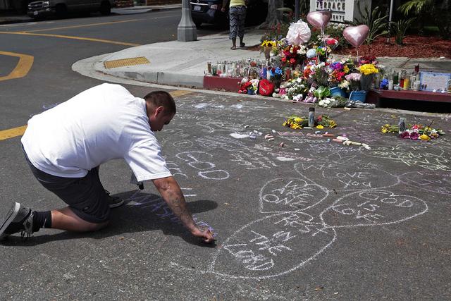 Antonio Guerrero deja un mensaje en el pavimento frente a la banqueta en memoria de Carina Mancera de 26 años y su hija de 4 años, Jennabel Anaya, el lunes 8 de agosto de 2016, cerca dónde ella ...