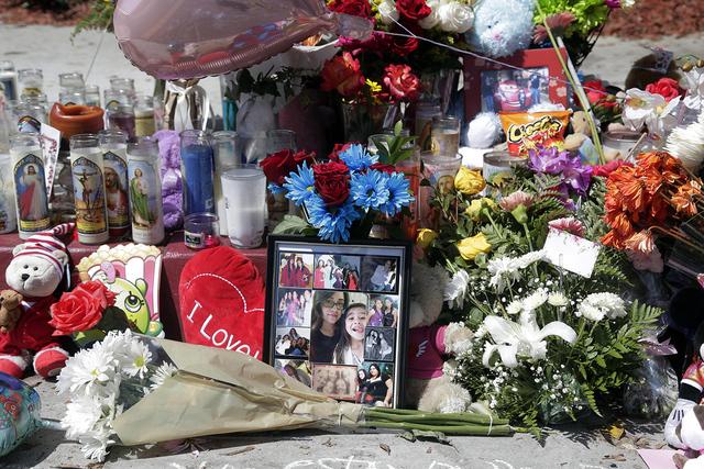 Flores, veladoras y fotos son expuestos en el lugar donde fallecieron el fin de semana, Carina Mancera de 26 años y su hija de 4 años de edad, Jennabel Anaya, el lunes 8 de agosto de 2016 en Lon ...
