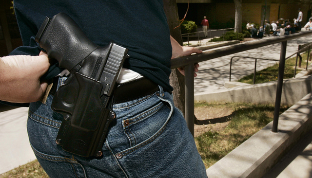 ARCHIVO. Brent Tenney displays his Glock 9mm semi-automatic handgun on the University of Utah campus where he is a student Wednesday, April 25, 2007. (AP Photo/Douglas C. Pizac)