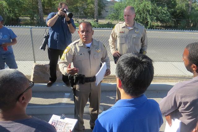 El Departamento de Policía Metropolitana de Las Vegas se unió con miembros de la comunidad para tocar 500 puertas en busca de más información que los ayude a arrestar a los responsables del as ...