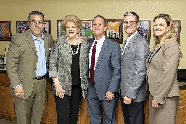 El presidente de LCC, Peter Guzmán, la alcaldesa de Las Vegas, Carolyn Goodman, el vice gobernador de Nevada, Mark Hutchinson, y el congresista republicano, Joe Heck, y la directora de NSHS, Wend ...