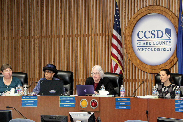 La mesa directiva, maestros, padres de familia, alumnos y miembros de la sociedad asistieron a la sesión del CCSD efectuada el jueves 26 de enero de 2017 para debatir si esta entidad debería seg ...