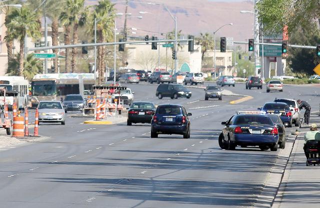 Funcionarios del Distrito Escolar del Condado de Clark y la Patrulla de Caminos de Nevada paran a los conductores en Tropicana Ave., el jueves 17 de marzo de 2016. La Patrulla de Caminos de Nevada ...