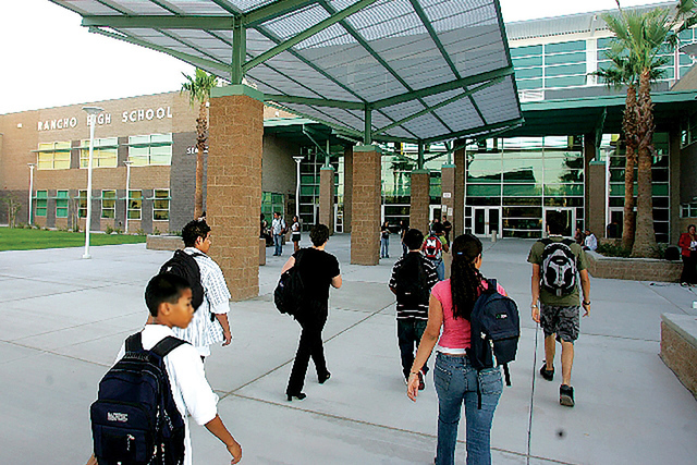Jóvenes estudiantes de Rancho High School, se dirigen a sus salones de clases. Un ex maestro de esta escuela fue sentenciado por mal mala conducta sexual hacia un alumno . (Foto LVRJ/Archivo)
