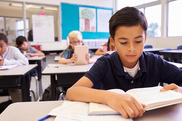 Como primer maestro de un niño, hay muchas maneras simples para que los padres compartan las alegrías de la lectura.