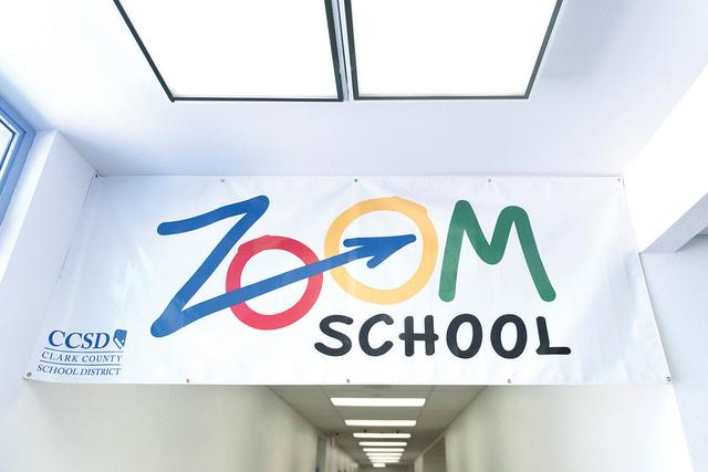 Un letrero en una Escuela Zoom cuelga en el pasillo de la escuela primaria Reynaldo Martínez en North Las Vegas, el viernes 19 de junio de 2015. (Jason Ogulnik / Las Vegas Review-Journal/Archivo)