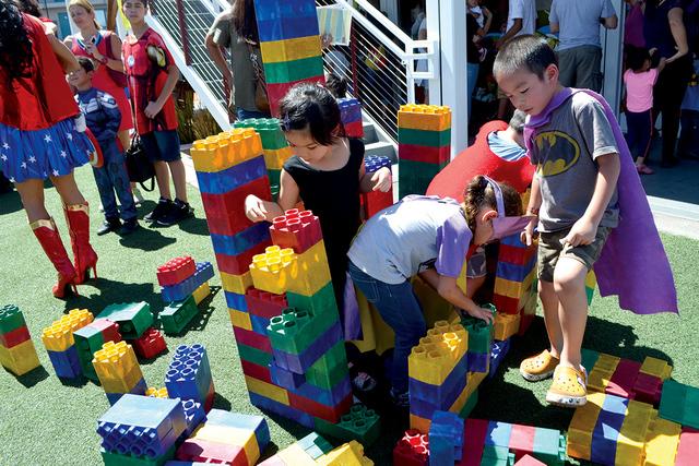 Esta torre de Legos, nada difícil para estos chiquitines inquietos.   Foto El Tiempo/Lizette Carranza
