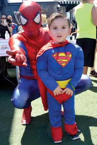 Adrián el pequeño Superman junto a Spiderman protegido con sus súper poderes.   Foto El Tiempo/Lizette Carranza