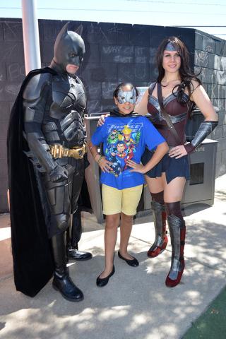 Los super amigos Batman, Kaily (niña en medio) y Batichica.   Foto El Tiempo/Lizette Carranza