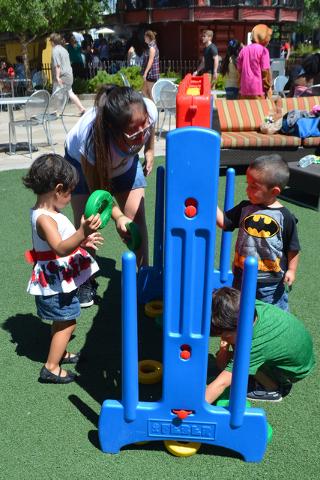 Los pequeños súper divertidos tratando de ensartar los aros. | Foto El Tiempo/Lizette Carranza